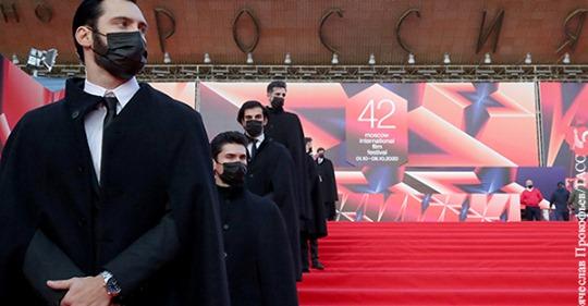 Мировое кино все больше ненавидит капитализм. Дарья Митина о прошедшем кинофестивале в Москве