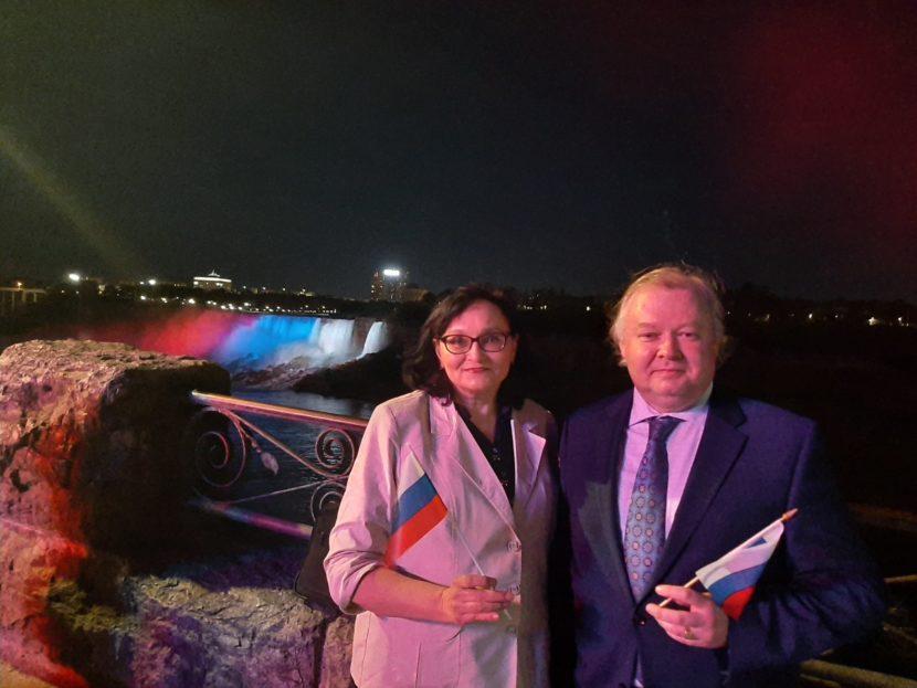 В цвета российского флага окрасилось седьмое чудо света — Ниагарский водопад