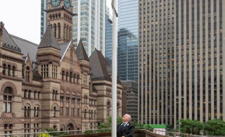 Над Мэрией Торонто в День России был поднят российский флаг